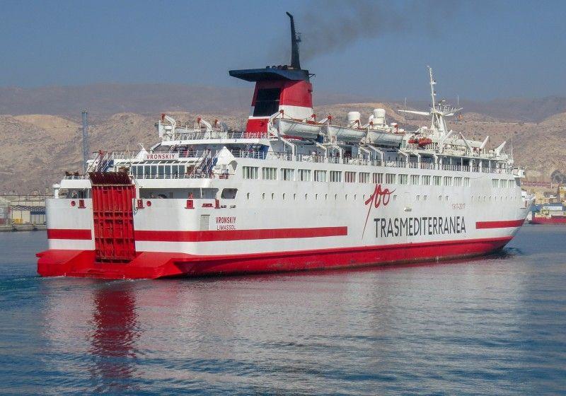 """El ferry """"Vrosnkiy"""", pintado con el logo del centenario de Trasmediterránea"""