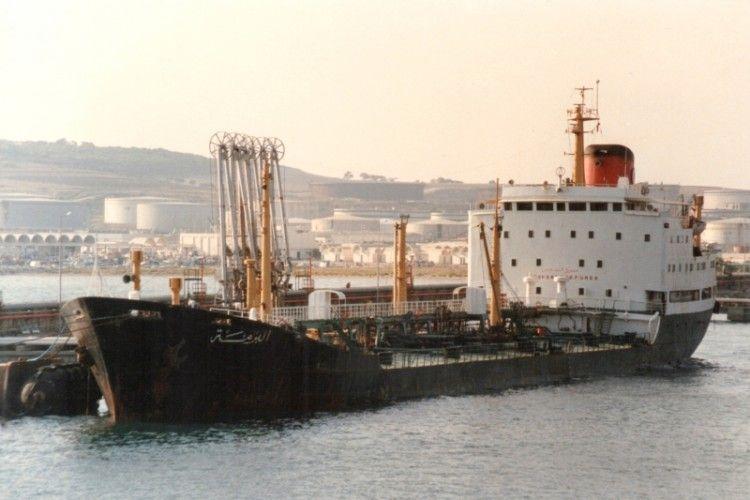 """El petrolero tunecino """"El Borma"""", atracado en el puerto de Bizerta"""