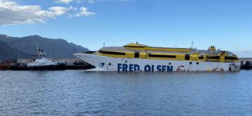 """El catamarán """"Bentago Express"""", atracado en el puerto de Agaete. Por su proa, el remolcador """"VB Balear"""""""