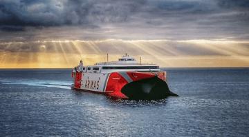 """El catamarán """"Volcán de Tirajana"""" seguirá prestando en servicio con El Hierro"""