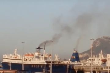 Humos de ferries en el puerto de Algeciras