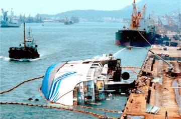 """El buque """"Royal Pacific"""", volcado sobre la banda de estribor, en Taiwán"""