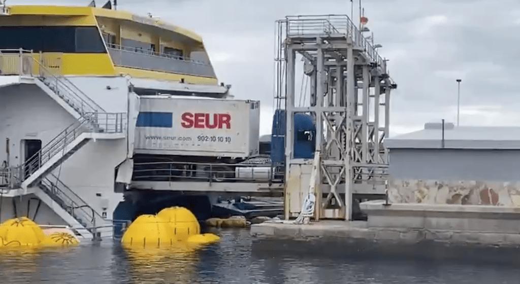 """El camión de Seur desembarca del """"Bentago Express"""""""