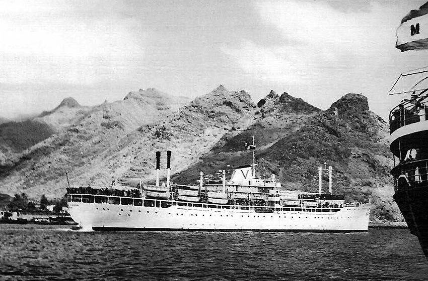 """El trasatlántico italiano """"Castel Verde"""" zarpa en julio de 1955 de Tenerife"""