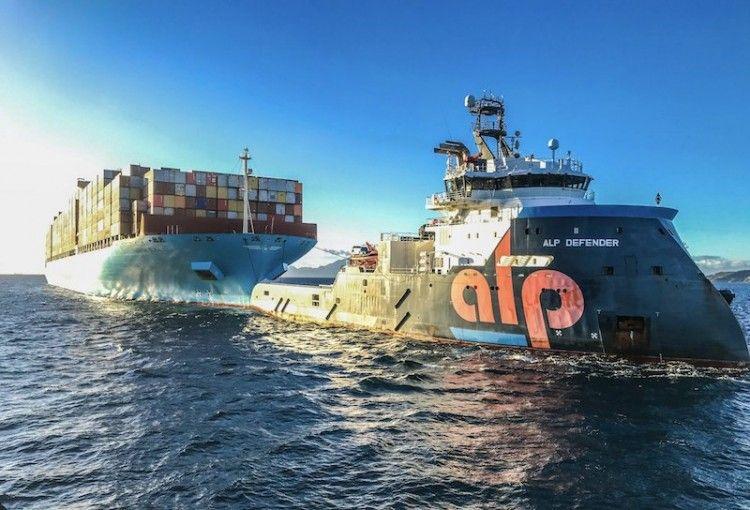 """El remolcador """"ALP Defender"""" llega a Algeciras con el remolque del """"Maersk Elba"""""""