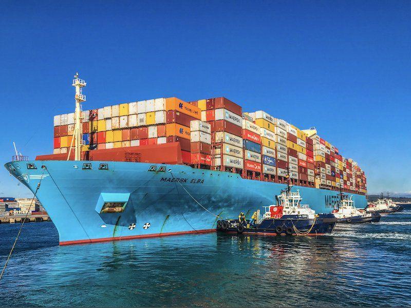"""Cinco remolcadores de Boluda en la maniobra de atraque del buque """"Maersk Elba"""""""
