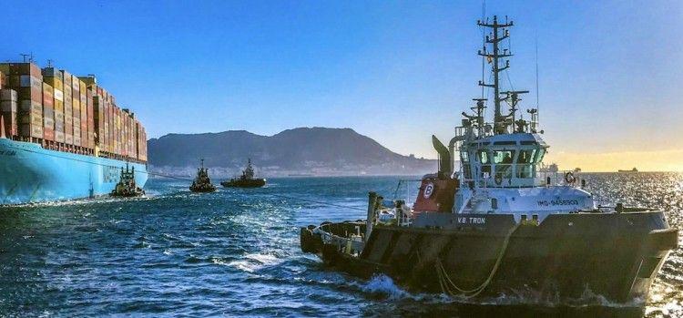 """Maniobra de atraque del buque """"Maersk Elba"""" en el puerto de Algeciras"""