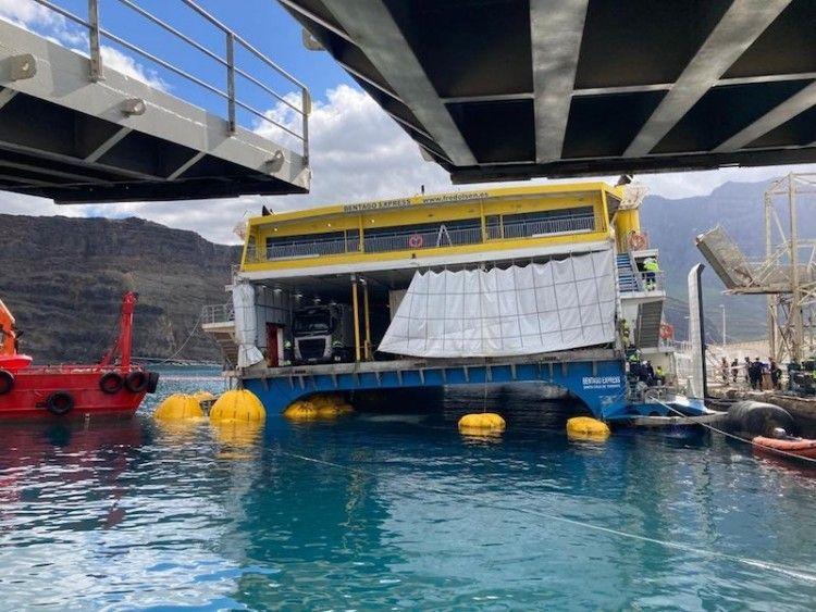 """El catamarán """"Bentago Express"""" permanece atracado en el puerto de Agaete"""