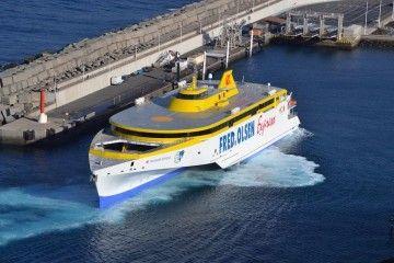 """El trimarán """"Bajamar Express"""" maniobra en el puerto de Agaete"""