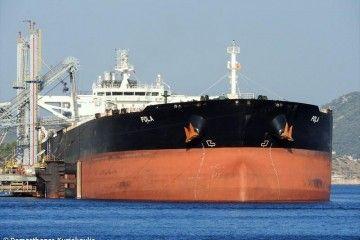 """Vista de proa del petrolero """"Pola"""""""