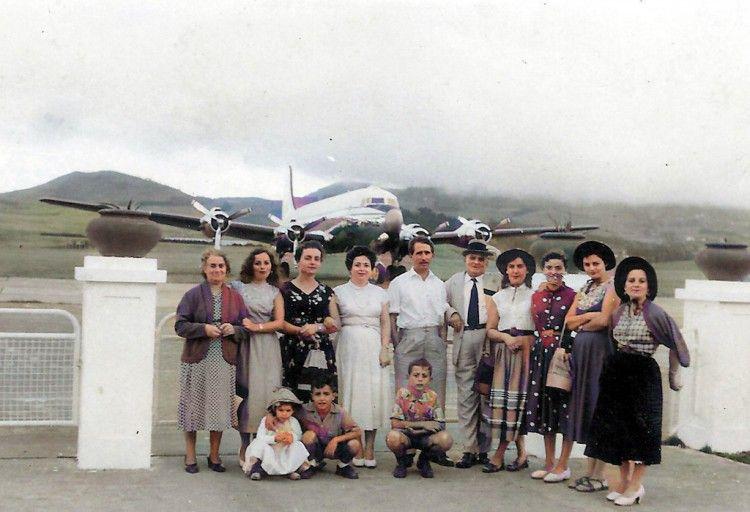Foto de tres familias de Fuencaliente afincadas en Tenerife, en el aeropuerto de Los Rodeos