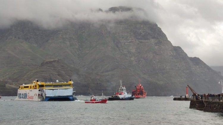 """El remolcador """"VB Tamarán"""", al costado del catamarán """"Bentago Express"""""""