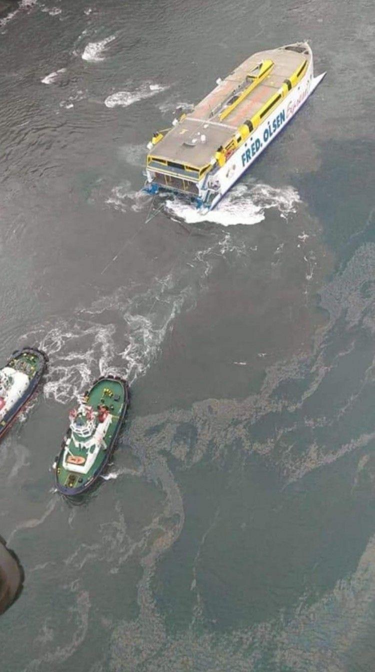 La mancha de gasoil invade el puerto de Agaete