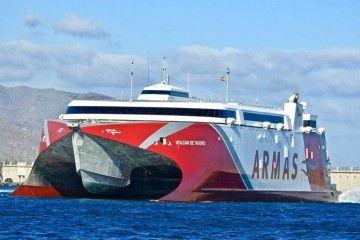 """El catamarán """"Volcán de Tagoro"""" se dirige al puerto de Cádiz"""