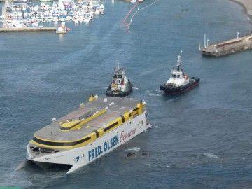 """El catamarán """"Bentango Express"""", embarrancado desde el 7 de enero en el puerto de Agaete"""