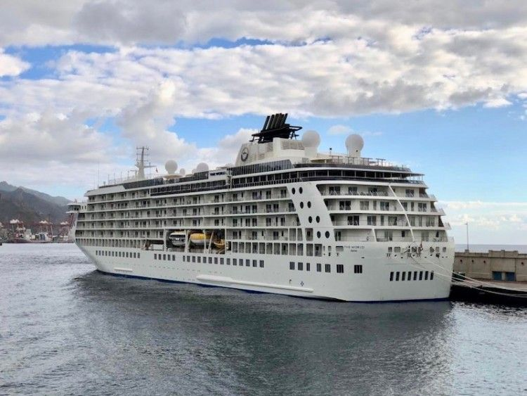 """El buque """"The World"""", atracado en el puerto de Santa Cruz de Tenerife"""