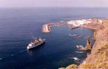 """Maniobra del ferry """"Bañaderos"""" en el puerto de Agaete"""