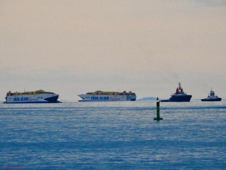 """""""Bentago Express"""" y """"Bencomo Express"""" se cruzan en el puerto de Las Palmas de Gran Canaria"""
