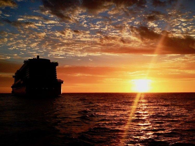"La silueta del buque ""AIDAnova"", captada esta mañana"
