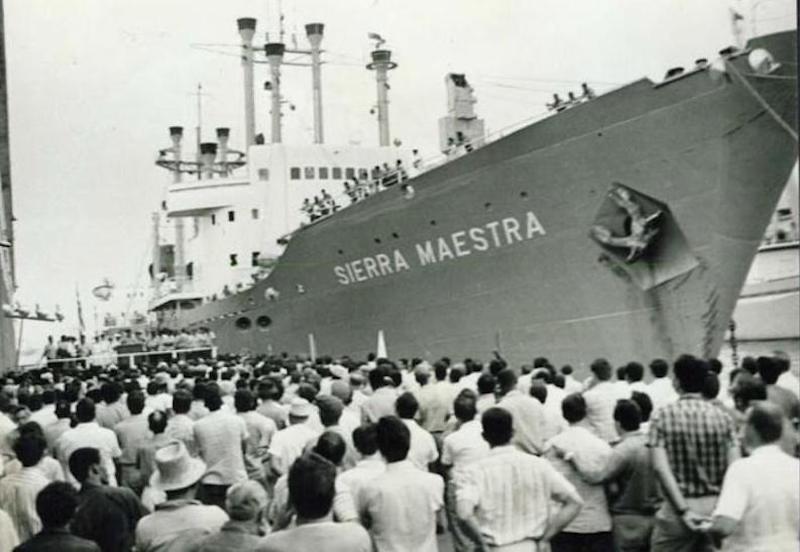 """Despedida al buque """"Sierra Maestra"""" en el puerto de La Habana"""