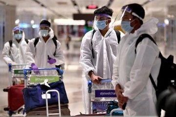 Tripulantes singapureños en un aeropuerto