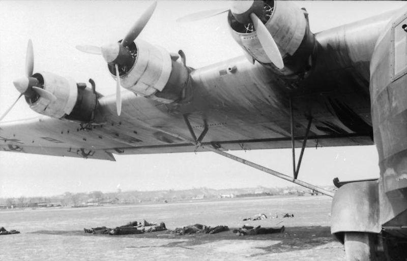 Los tripulantes de un avión Me-323 descansan bajo la sombra de un plano