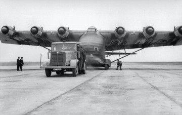 Vista de frente del impresionante avión Me-323