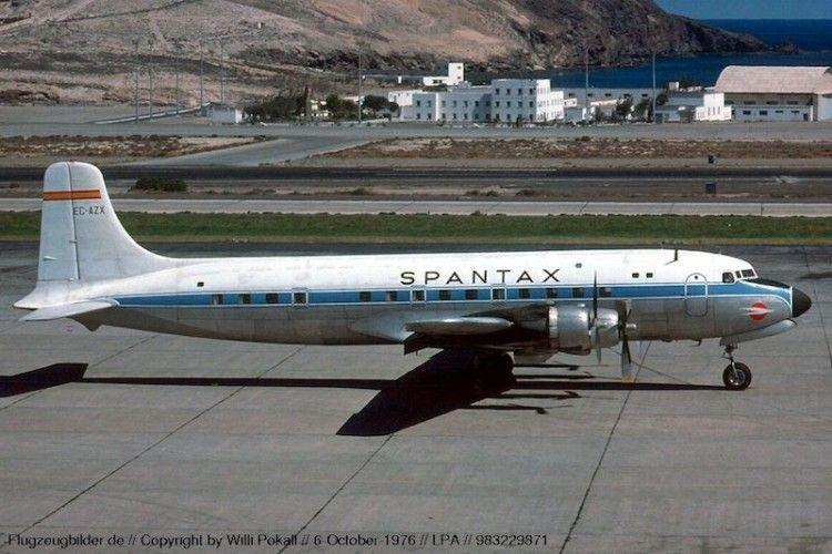 El avión Douglas DC-6 de Spantax EC-AZK, en el aeropuerto de Gran Canaria
