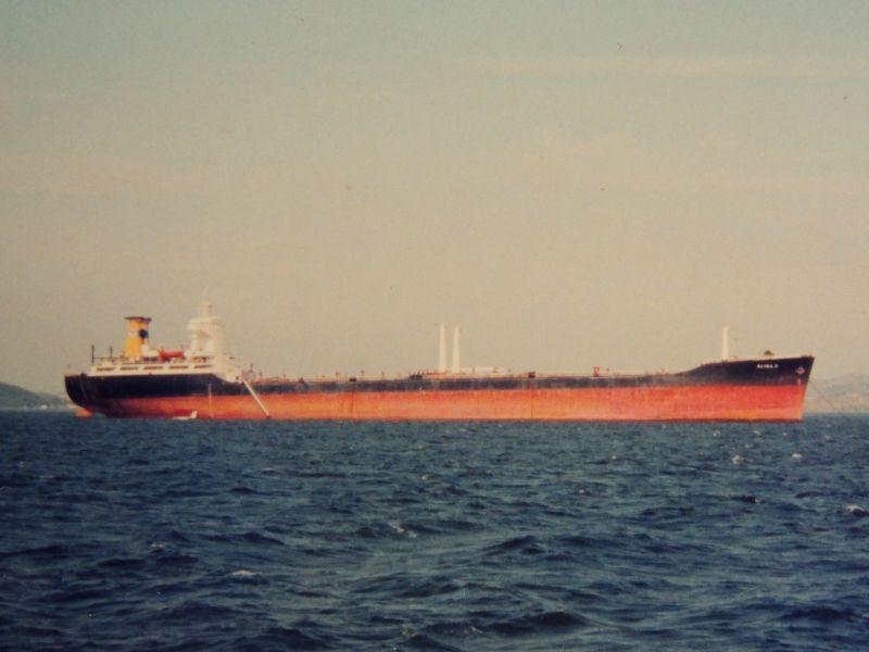 """El petrolero """"Alina P"""", ex """"Calatrava"""", fondeado en Guanabara Bay"""