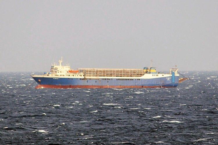 """El buque establo """"Al Baraka 1"""", visto en toda su eslora por la banda de babor"""