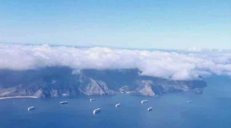 Vista aérea del fondeadero de Tenerife, con la presencia de ocho buques de turismo