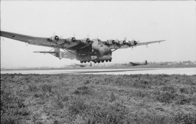 Avión Me-323 en fase de aterrizaje