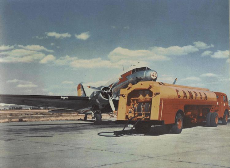Camión cisterna de CAMPSA suministrando a un avión DC-3 de Iberia