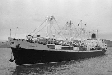 """El buque """"Coromoto"""", en Santander, visto por la amura de babor"""