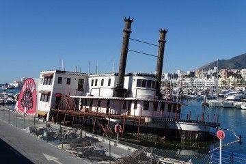 El buque está escorado a la banda de babor