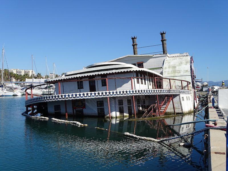 Lleva años de abandono en su atraque del puerto de Benalmádena