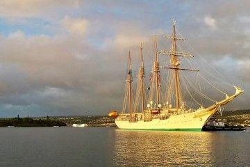 """El buque-escuela """"Juan Sebastián de Elcano"""" zarpa de Pearl Habor"""