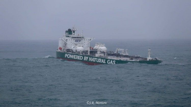 """El petrolero """"Korolev Prospect"""", en la maniobra de aproximación a A Coruña"""