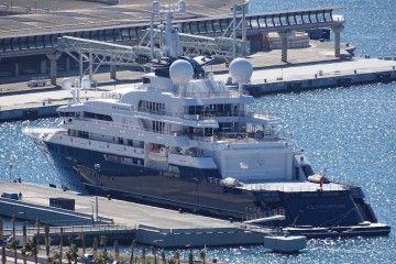 """El gigayate """"Octopus"""", en su atraque del puerto de Málaga"""