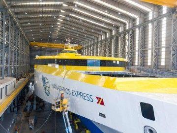 """Vista parcial del nuevo trimarán """"Bañaderos Express"""""""