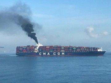 """La densa columna de humo del buque """"CMA CGM La Traviata"""""""