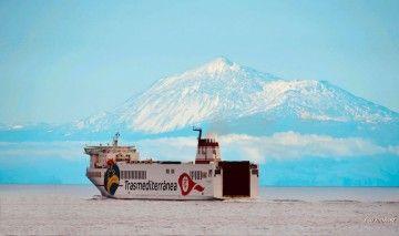 """El buque """"Villa de Tazacorte"""" a su salida de La Palma, con El Teide al fondo"""