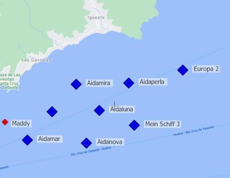 En azul, los buques de turismo fondeados en Santa Cruz de Tenerife