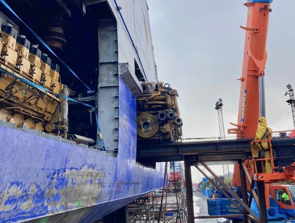 """Al costado del """"Bentago Express"""" se han practicado dos cesáreas para facilitar la extracción de los motores"""
