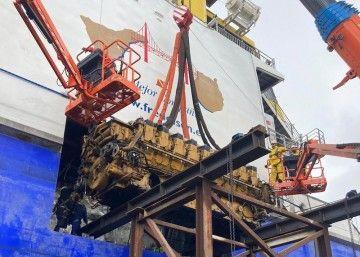 La extracción se realiza con el apoyo de un andamio y una grúa