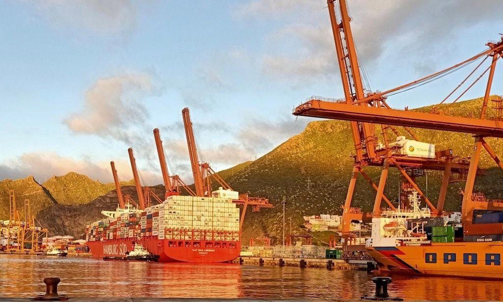 """El buque """"Cap San Lorenzo"""", atracado en el dique del Este"""
