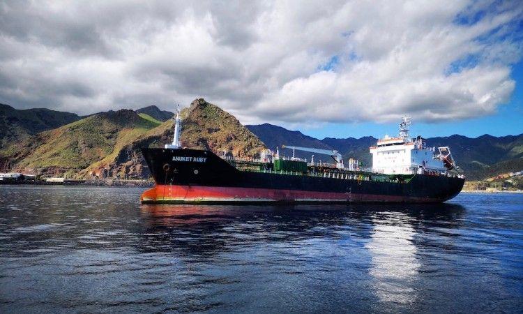 """El petrolero de productos """"Anuket Ruby"""", fondeado al resguardo de Anaga"""