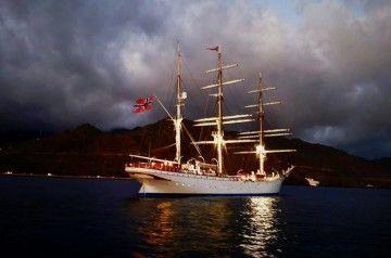 La imagen del elegante velero noruego se recorta en la noche al resguardo de Anaga