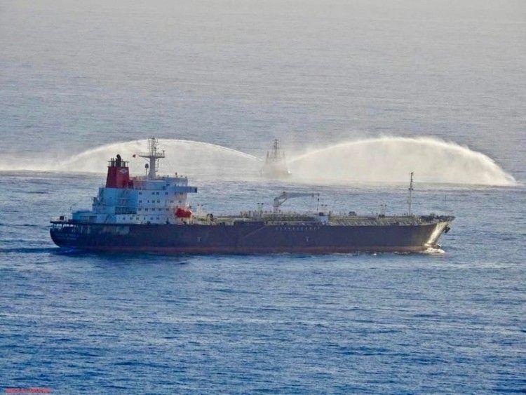 """El petrolero """"Castillo de Trujillo"""" y un remolcador lanzando chorros de agua"""
