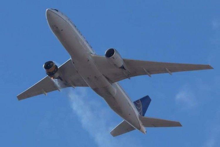 El avión B-777 de United con el motor derecho incendiado